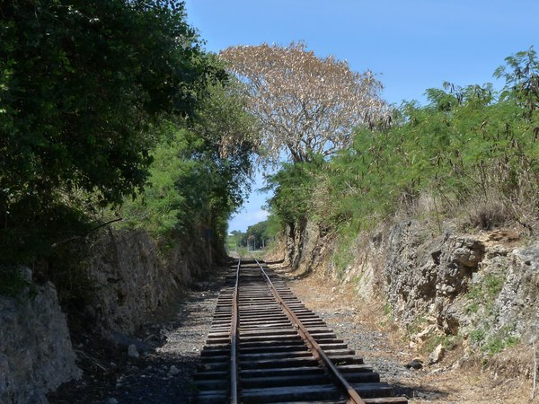 Tour grande terre ffrp j1 guadeloupe - Maison au bord de la voie ferree ...